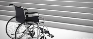 fauteuil face a un escalier