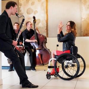 Femme en fauteuil roulant entrain de s'amuser