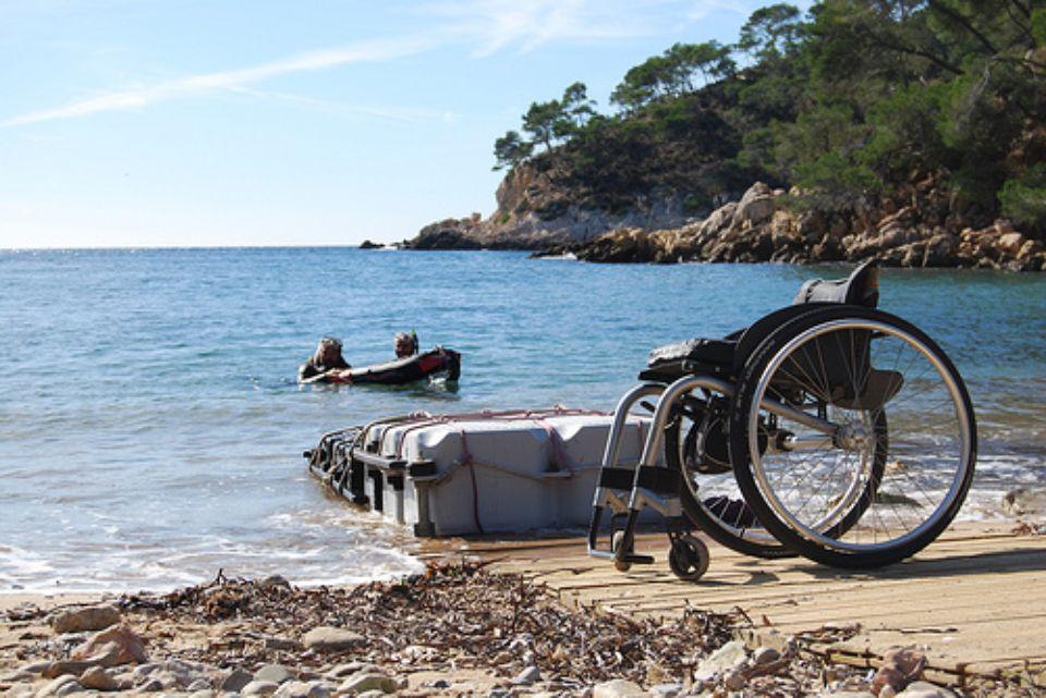 fauteuil vide sur la plage